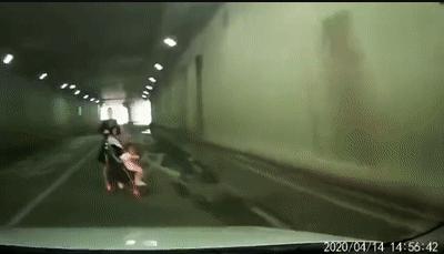 近日一段隧道内的行车记录仪视频 真的很吓人